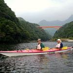 松峰大橋をバックに記念撮影