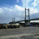 相馬港のシンボル的な松川浦大橋:破損した網が並ぶ