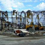 相馬港の倉庫:車が挟まれたままの状態