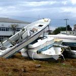 岩子漁港:大破した漁船が数多く積まれている
