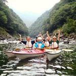 安房川のV字渓谷をバックに記念撮影2