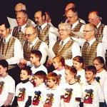Schulchor und Männerchor gemeinsam