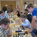 Das anschließende Blitzturnier mit 16 Teilnehmern gewann FM Michael Kuraszkiewicz (15 P.) vor Hans Hertel (13), Igor Shashkin (12) und Oliver Fischer (11,5).