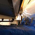 通路部分の屋根の下地を組み、急な雨をしのげるようにブルーシートとマスカーで雨養生します