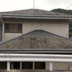 こちらのお宅は傾斜地に建っているので、道路の高さが1階の屋根の高さと同じなんです。