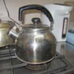 熱湯がたくさん必要です。苛性ソーダはお湯と反応して管の詰まり物質を溶かしてくれます。お水ではダメなのです。
