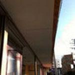 庇もだいぶ出来てきましたが、軒天を貼りました。軒天=軒下の天井です。これはスラグボードという材料です。
