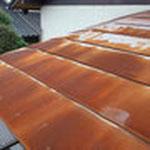 既存の屋根。いわゆるトタンが錆びてボロボロ。撤去します。