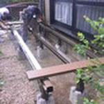 組立作業開始。アルミ製の根太にデッキ材を固定していきます