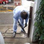 下の柱を撤去するためにコンクリートを割っていきます。これをハツリと言います。