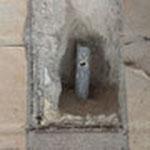 さらにモルタルを撤去して、配管を露出させました。