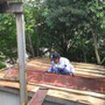 早速、ボロボロになった屋根を剥がしていきます
