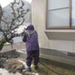 屋根から汚れが落ちるので、壁も高圧洗浄します。