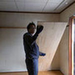 集成材20ミリ、幅600ミリの板を使います。事前に木取りという下地を壁に打ち付けています。