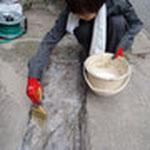 モルタル用接着剤を塗ります。