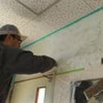 壁面を水湿ししたあと、ボンドを塗っていきます。