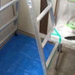 まずは、養生☆床はブルーシート、カウンターはマスカーで。