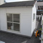 このちょこんと建っているのが問題の倉庫。屋根の塗装が限界です。