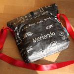 Material: Innenstoff 100% Baumwolle; Außenstoff Baumwolle, acrylbeschichtet; Gurtband: Auto-Sicherheitsgurt (Polyester); Verschluss: Klettband (Polyamid)