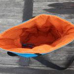 Material: Innenstoff 100% Baumwolle; Außenstoff Baumwolle, acrylbeschichtet; Gurtband Polypropylen (PP); Verschluss: Klettband (Polyamid);  Auto-Patch: Polyethylen (PE)