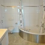 Ebenfalls angenehm grosszügig ausfallend: Badezimmer