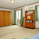 Das sehr grosse Haupt-Schlafzimmer im Dachgeschoss liesse sich auch gut in zwei kleinere Zimmer unterteilen