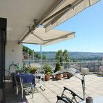 Vorteilhafterweise weist die Terrasse entlang der gesamten Hausbreite einen Deckenvorsprung auf.