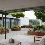 Ein Traum: Blick in die Ferne vom überdeckten Lounge-Bereich auf der Erdgeschoss-Terrasse