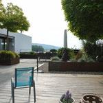Zurück auf der Traum-Terrasse: Talseitiger Blick mit Ferienhotel-Feeling zuhause