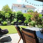 Sehr schöner Ausblick vom überdeckten Gartensitzplatz auf der Südwest-Seite des Hauses