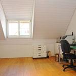 Grosszügig und viel Stauraum (7-türiger Wandschrank): Heute als Büro benütztes Zimmer.