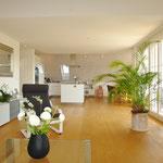 Blick vom Wohnbereich hin zu Küche/Essbereich