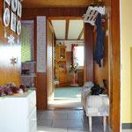 Entrée: Blick von der Haus-Eingangstüre hin zum Zugang zum Wohn-/Essbereich