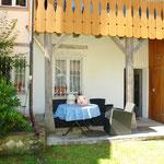 «Hinter» dem Haus gehört auch eine idyllisch gelegene, kleine Gartenfläche mit zwei Sitzplätzen zum Haus