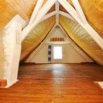 grosser, offener Raum im Dachgeschoss
