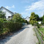 Sympathisch ländlich: Zufahrt zum 4-Familienhaus (links im Bild)