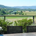 Herrlicher Ausblick von der Terrasse hin zum Flusslauf der Aare und den Jura-Hügelzügen