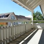Dem Wohnbereich vorgelagert: Der über 12 m2 grosse, überdeckte Balkon auf der Südwest-Seite