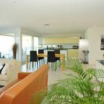 72 m2 Gediegenheit: Blick vom Wohnbereich über den Essbereich hinweg zur Küche