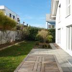 Schöne Aussenräume: Blick entlang Westfassade