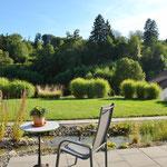 Herrlicher Ausblick vom stilvoll und abwechslungsreich angelegten Garten Richtung Süden…