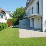 Schöner Gartensitzplatz mit gepflegter Umgebungsfläche, auch mit automatischer Bewässerungs-Anlage