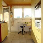 Blick in die moderne, freundlich helle Küche