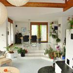 Kleinkariert ist anders: Raumhöhe bis 4.5 m; Blick vom Wohn- zum Essbereich