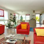 Wohnen/Essen/Küche: Insgesamt 57 m2. Hier der Blick vom Wohnbereich hin zu Essbereich und Küche.