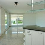 Blick von der (halb-offenen) Küche hin zum Wohn-/Essbereich