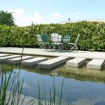 Wasserbecken und Sitzplatz