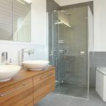 Im Bad im oberen Wohngeschoss, welches in en-suite-Konstellation zum Elternzimmer angeordnet ist.