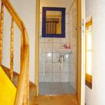Treppenaufgang ins Obergeschoss mit Separat-/Gäste-WC auf Zwischengeschoss