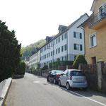 Ansicht von Nordwesten von der Kräbelistrasse, mit (kostenlosen) öffentlichen Parkplätzen